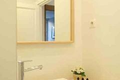 Les-Meubles-de-Madeleine-Appartement-SAINT_HONORE-Salle-de-douche-focus-miroir-lavabo1